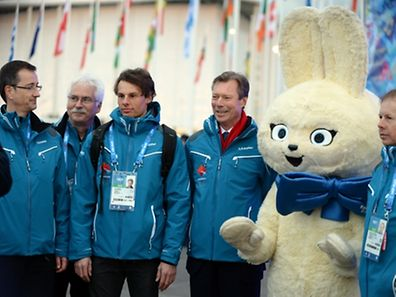 André Hoffmann, Heinz Thews, Kari Peters, Grand Duke Henri, a Sochi mascot and Nico Peters (l.t.r.)