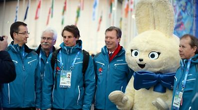 André Hoffmann, Heinz Thews, Kari Peters, Grand Duke Henri, a Sochi mascot and Nico Peters (l.t.r.)