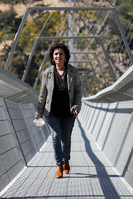 """Margarida Belém, presidente da Câmara Municipal de Arouca, atravessa a """"516 Arouca""""."""