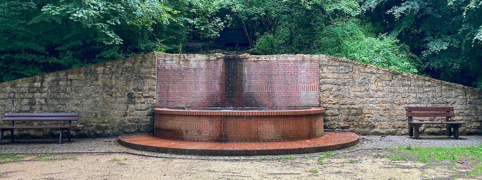Der untere Brunnen soll von einer Holzstruktur umfasst werden. Dies soll dann natürlicher aussehen.