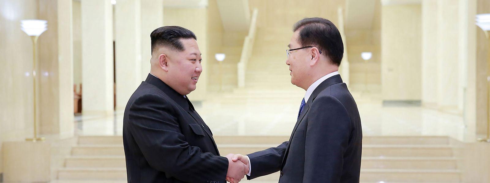 Nach südkoreanischer Darstellung vereinbarten die beiden Regierungen auch einen Gipfel zwischen Kim und Präsident Moon Jae In. Dieser soll Ende April in dem geteilten Grenzort Panmunjom auf südkoreanischer Seite zusammenkommen. Nordkorea bestätigte die Angaben zunächst nicht.