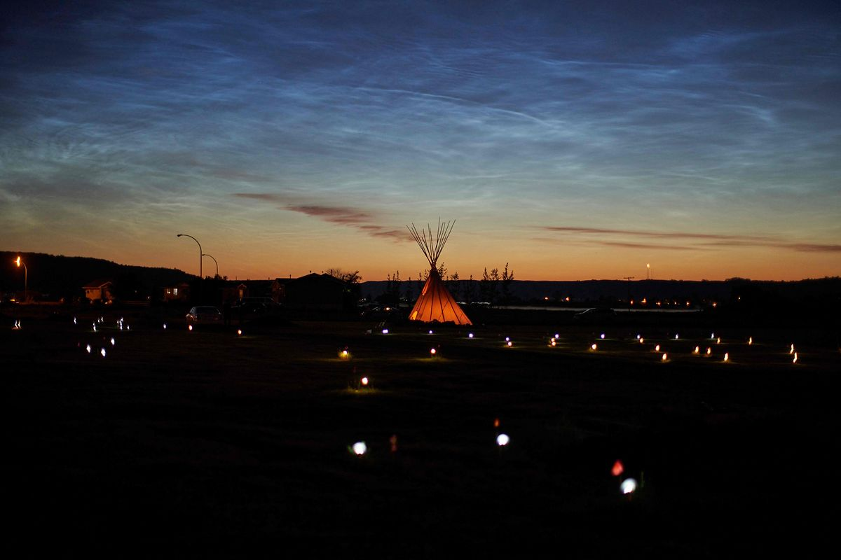 Candelabros e bandeiras assinalam os locais onde foram encontrados os restos mortais de 751 pessoas na província de Saskatchewan.