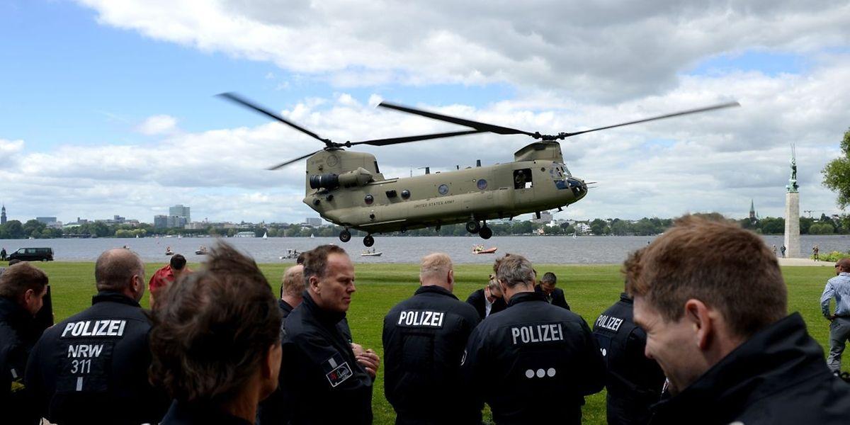 La police fédérale allemande et un hélicoptère de l'armée américaine durant un exercice commun à Hambourg