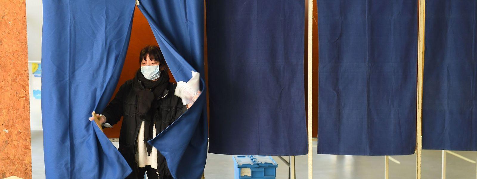 Chaque électeur est invité à venir avec ses propres bulletins de vote et son stylo, pour éviter toute propagation de covid-19.