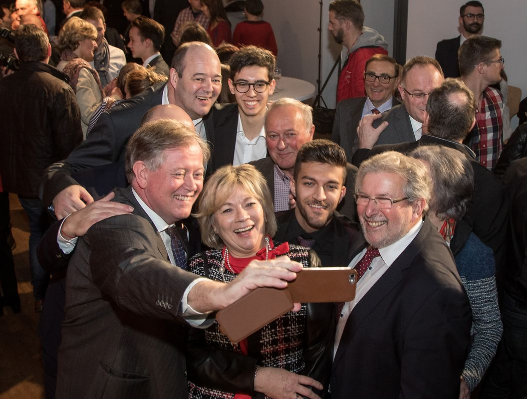 Selfie mit Fraktionschef Alex Bodry und Parlamentspräsident Mars Di Bartolomeo .