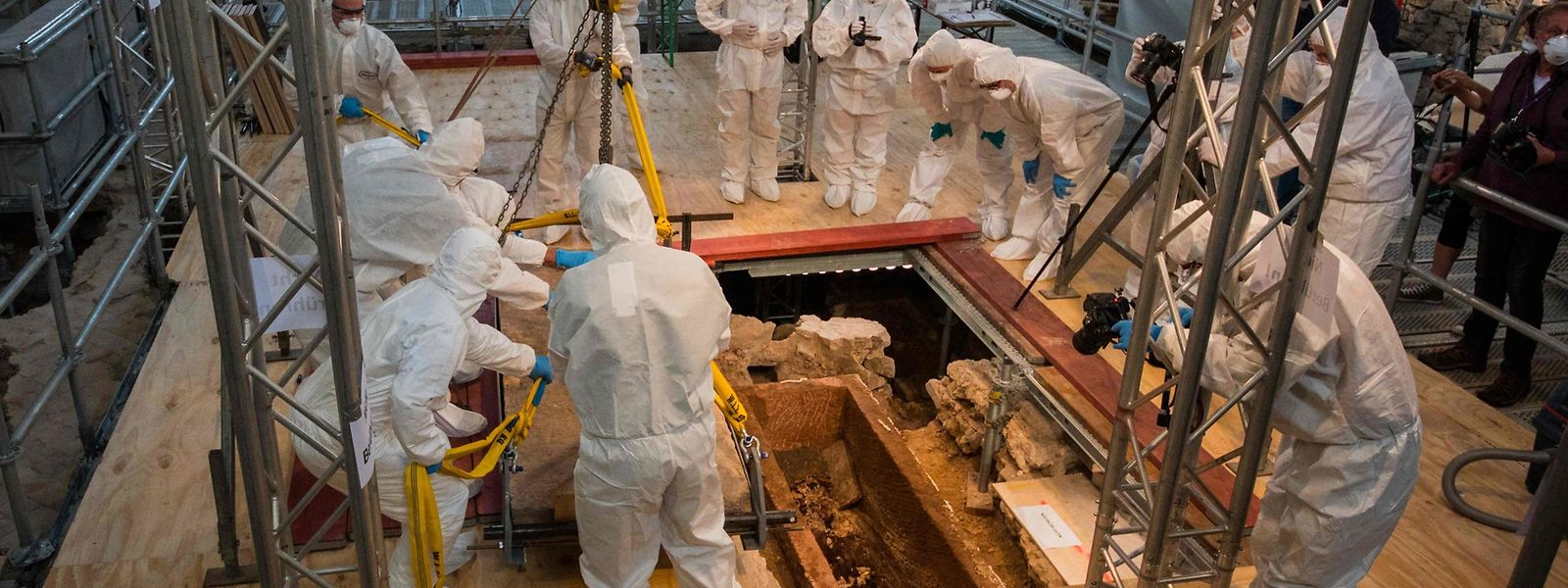 Ein internationales Forschungsteam ist in Mainz um die Grabstätte versammelt.