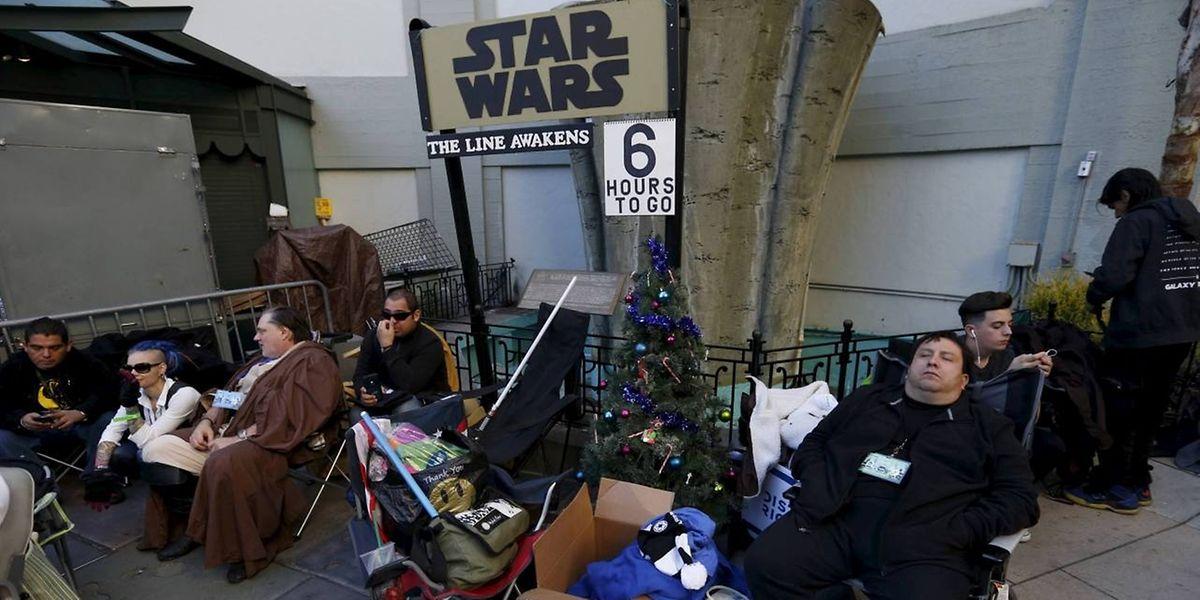 """""""Star Wars"""" kam bei den Kinogängern bestens an. Einige Fans warteten stundenlang vor Kinos, als der Film herauskam, wie hier in Hollywood."""