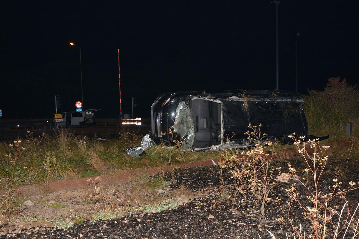 Das Unfallauto kam seitlich im Kreisverkehr zum Liegen.