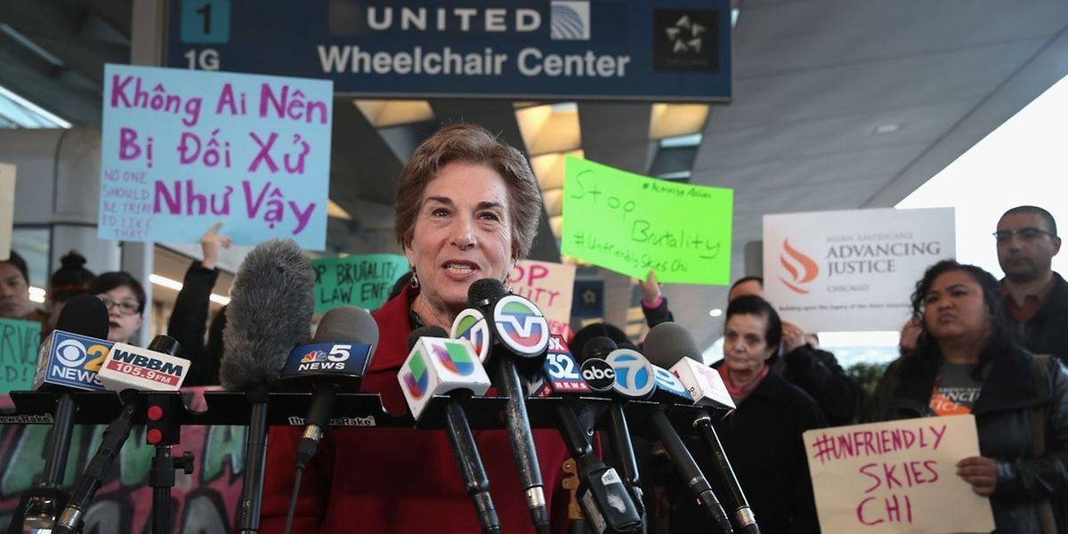 Am Chicagoer Flughafen O'Hare bildete sich schnell eine Protestgruppe, um gegen die Brutalität zu demonstrieren.