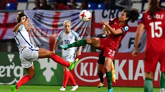 England's midfielder Fara Williams (L) vies with Portugal's midfielder Melissa Antunes during the UEFA Women's Euro 2017 football match between Portugal and England at Stadium Koning Willem II in Tilburg on July 27, 2017. / AFP PHOTO / TOBIAS SCHWARZ