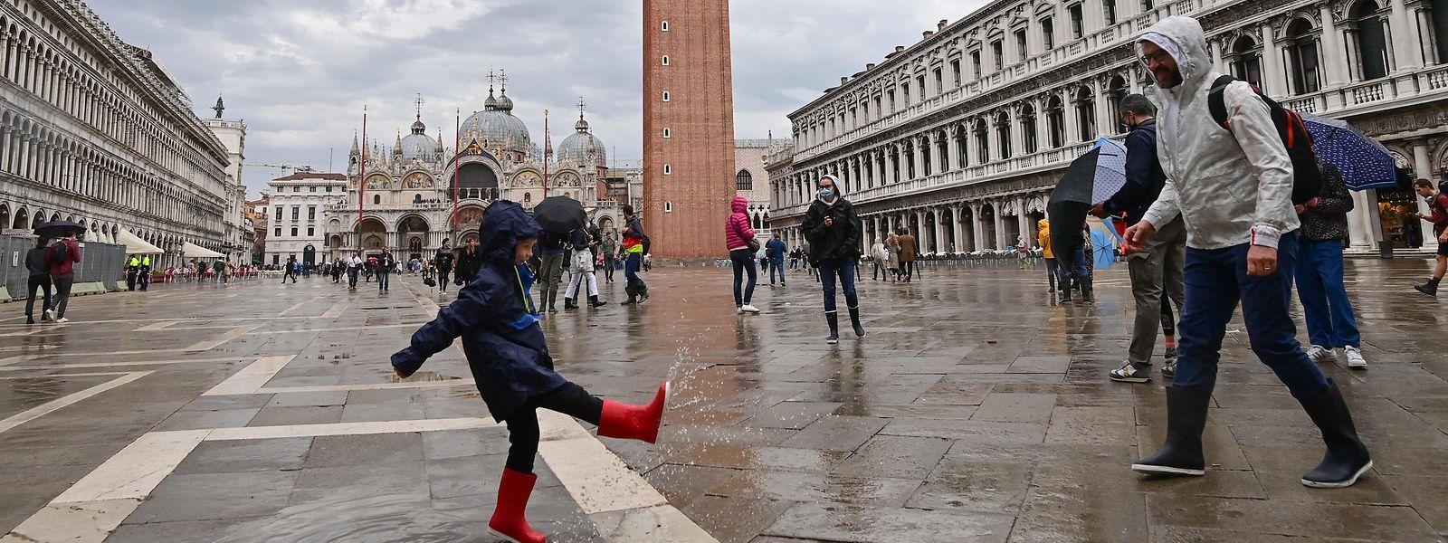 Seit Jahren klagen Bewohner hochfrequentierter Destinationen wie Venedig über die Tourismuslast. Inzwischen ist es jedoch auffallend leer an Hotspots wie dem Markusplatz (Foto) geworden.