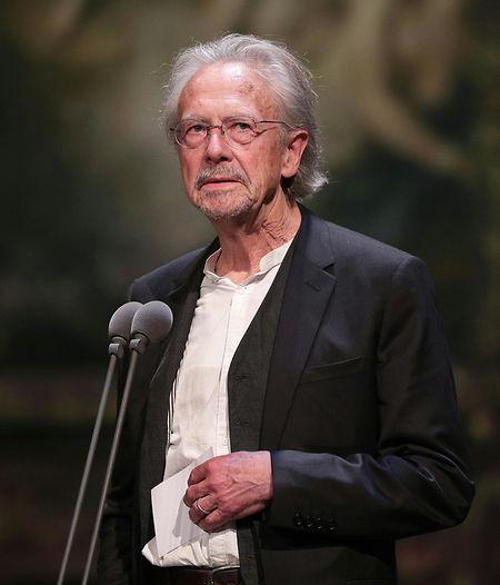 Peter Handke est un auteur foisonnant en lutte contre les conventions, au prix de violentes polémiques, notamment en raison de ses prises de position pro-serbes.