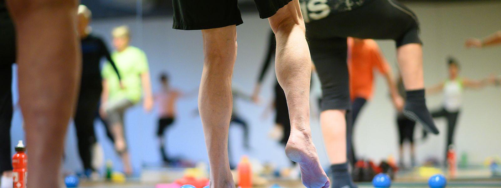 Hoch das Bein! Bewegung ist gut für Herz und Gelenke. Ob ein Sport geeignet ist, klärt man mit dem Hausarzt ab.