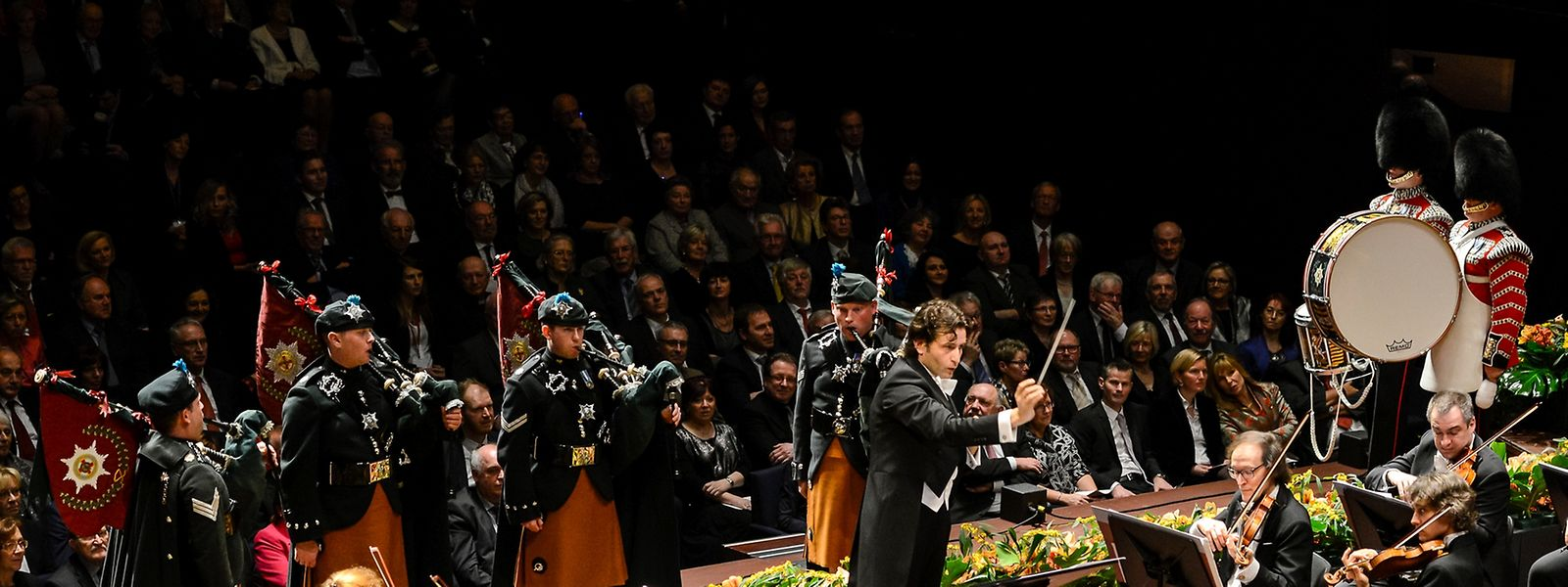 Les «Irish Guards», Gustavo Gimeno et l'OPL souhaitent un «Happy Birthday» au souverain.