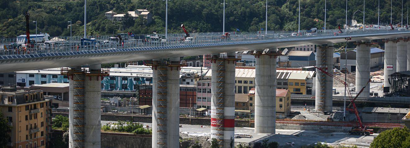 27.07.2020, Italien, Genua: Eine Gesamtansicht der neuen Brücke von Genua. Eine Woche vor der feierlichen Eröffnung der neuen Autobahnbrücke in der italienischen Hafenstadt Genua hat das renommierte Orchester der Akademie Nazionale di Santa Cecilia am Fuß des Bauwerks ein Konzert gegeben. Der gigantische Bau auf hohen Stelzen ersetzt die Morandi-Brücke, die vor zwei Jahren eingestürzt war. Bei dem Unglück vom August 2018 waren 43 Menschen gestorben. Foto: Piero Cruciatti/LaPresse via ZUMA Press/dpa +++ dpa-Bildfunk +++