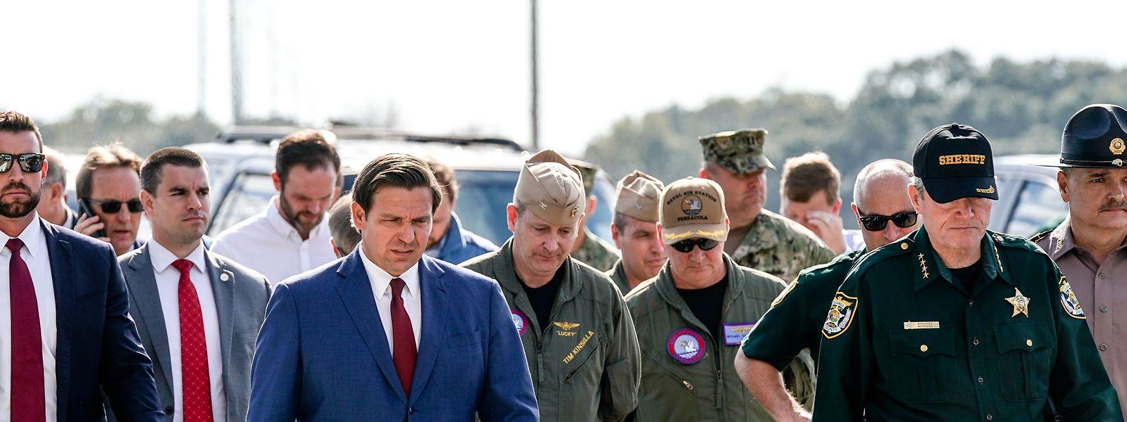Gouverneur Ron DeSantis (Mitte) am Tatort.