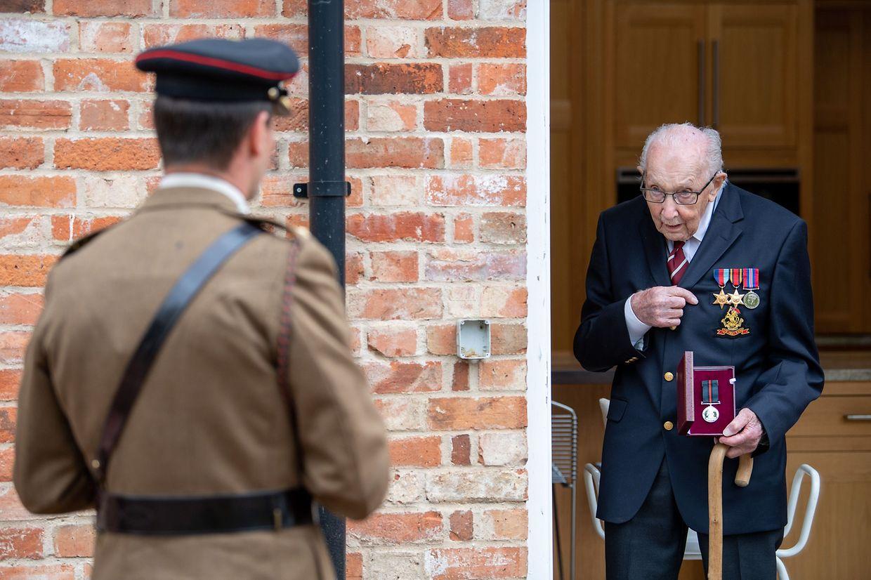 Beförderung: Captain Tom Moore, ein ehemaliger Offizier der britischen Armee, erhält von Colonel Thomas Miller die Yorkshire Regiment Medal, denn er wird ehrenhalber zum Colonel befördert.