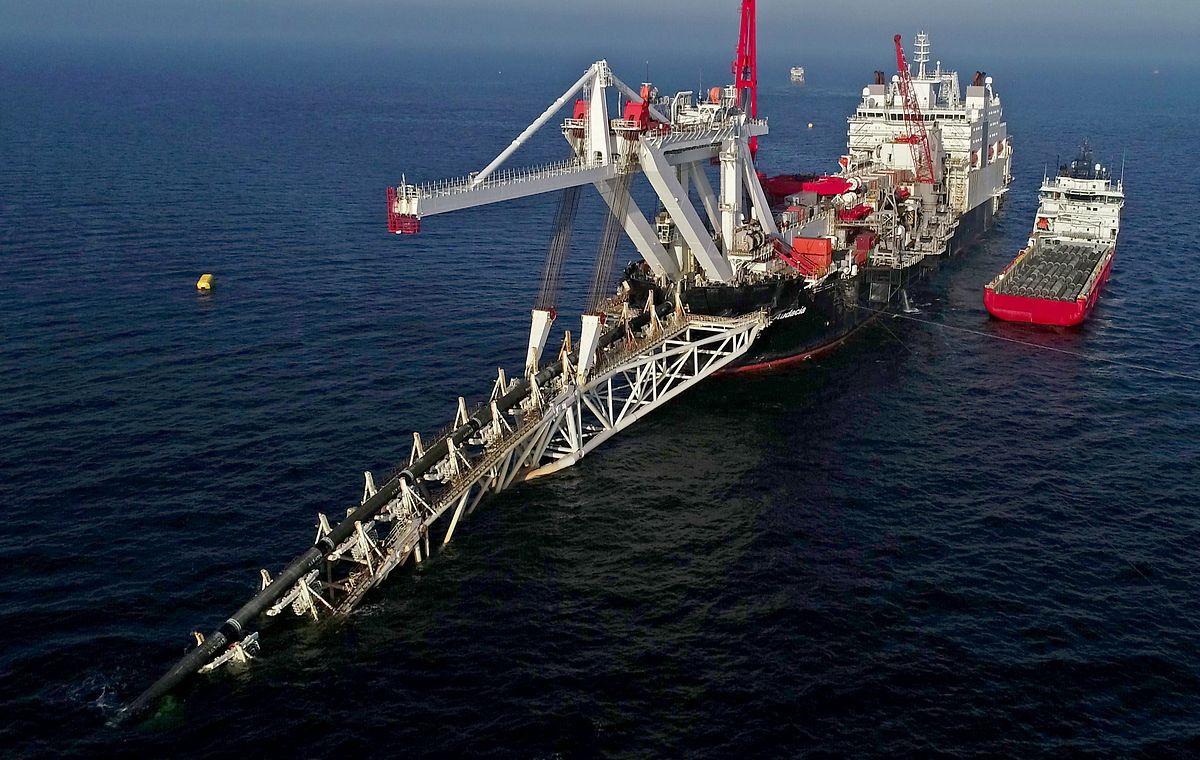 """15.11.2018, Mecklenburg-Vorpommern: Das Verlegeschiff """"Audacia"""" des Offshore-Dienstleisters Allseas verlegt in der Ostsee vor der Insel Rügen Rohre für die Gaspipeline Nord Stream 2."""