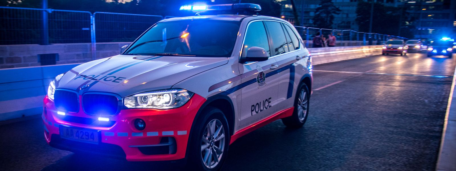 Die Verkehrspolizisten haben Mühe, den flüchtenden Raser einzuholen. Nach acht Kilometern endet die Verfolgungsfahrt, als die Beamten mit ihrem Dienst-SUV verunglücken.