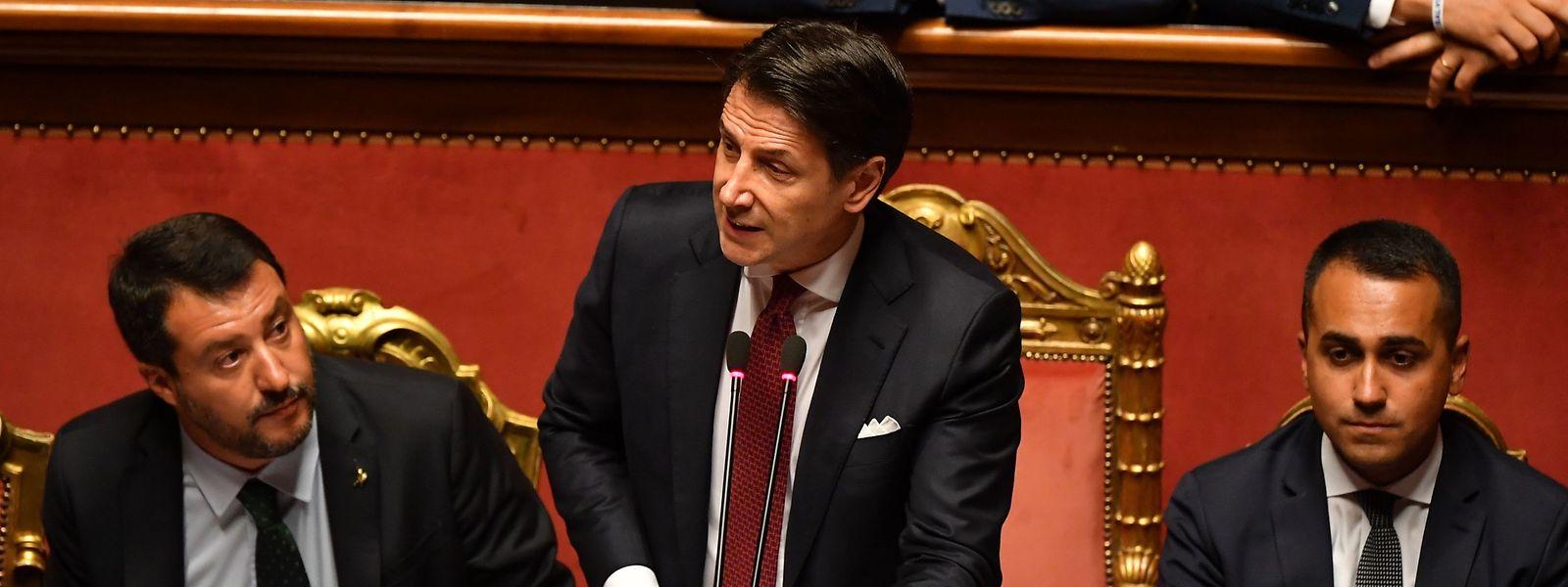 Der italienische Ministerpräsident Guiseppe Conte (mitte) bei seiner Ansprache vor dem Senat. Neben ihm sitzen Innenminister Matteo Salvini (links) und Vize Luigi Di Maio (rechts).