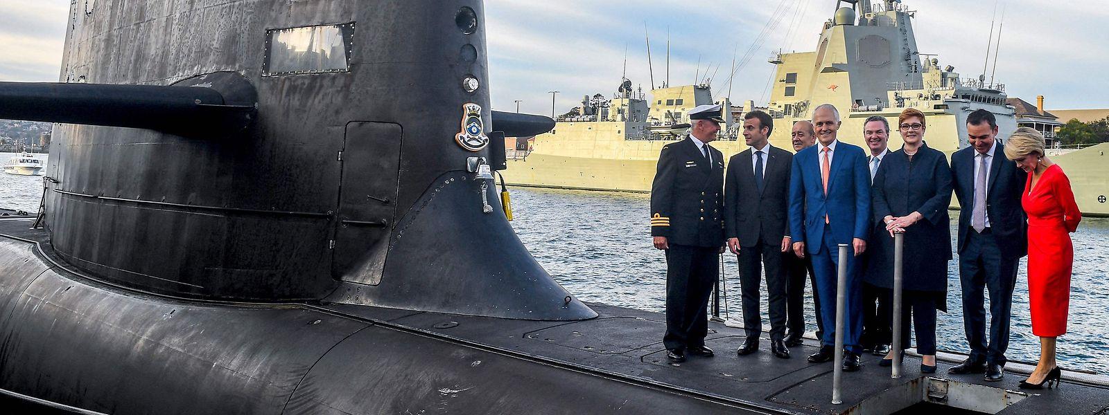 Dieses Archivfoto von 2018 zeigt den französischen Präsidenten Emmanuel Macron (2.v.l.) und den damaligen australischen Premierminister Malcolm Turnbull (M.) auf dem Deck der HMAS Waller, einem U-Boot der Collins-Klasse der Royal Australian Navy nahe Sydney.