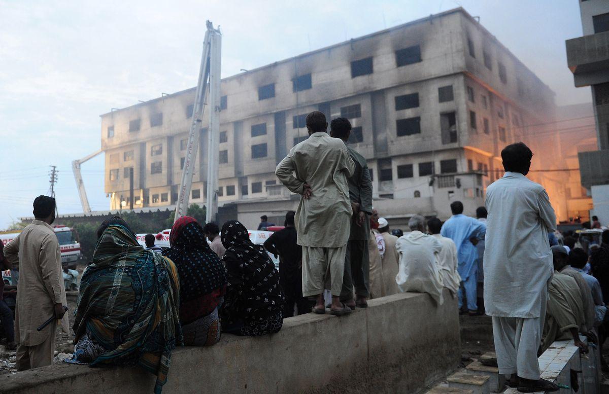 Im pakistanischen Karatschi starben mehr als 60 Menschen beim Brand dieser Textilfabrik, wo auch für Europa produziert wurde.