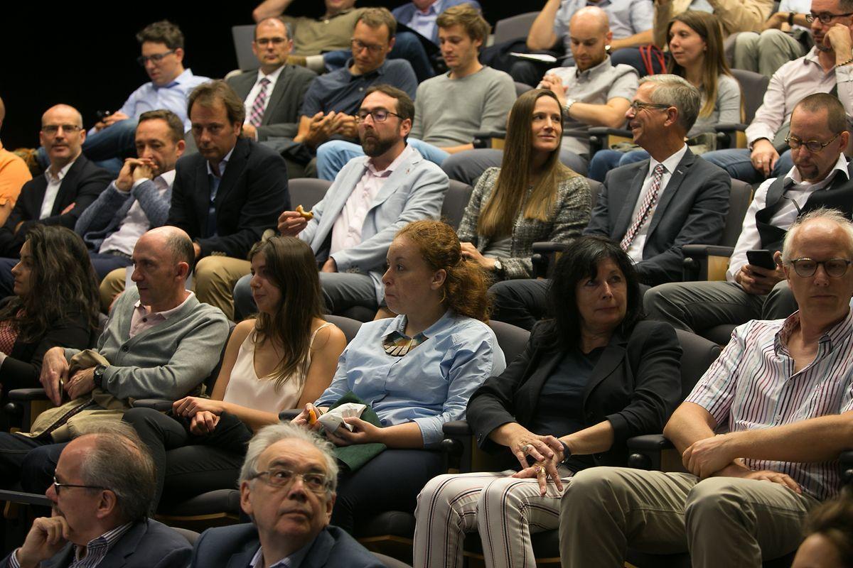 Une cinquantaine de personnes étaient présentes à la conférence sur les sondages électoraux au Cercle Cité.