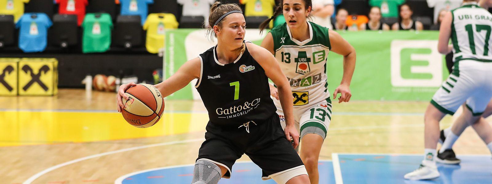 Loulou Kenens, hier vor der Grazerin Laura Bischof, ist in Wien zur Schlüsselspielerin gereift.