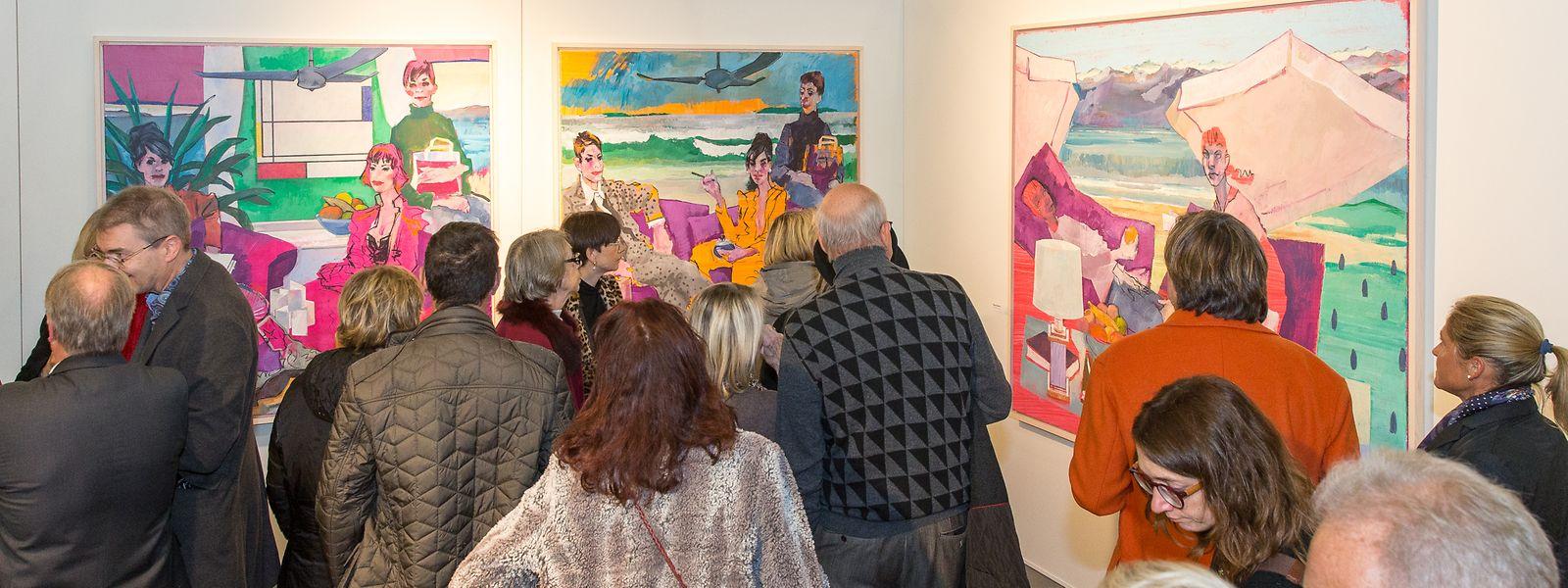 Gäste der Vernissage bewundern die Werke des diesjährigen Salon du Cercle artistique.