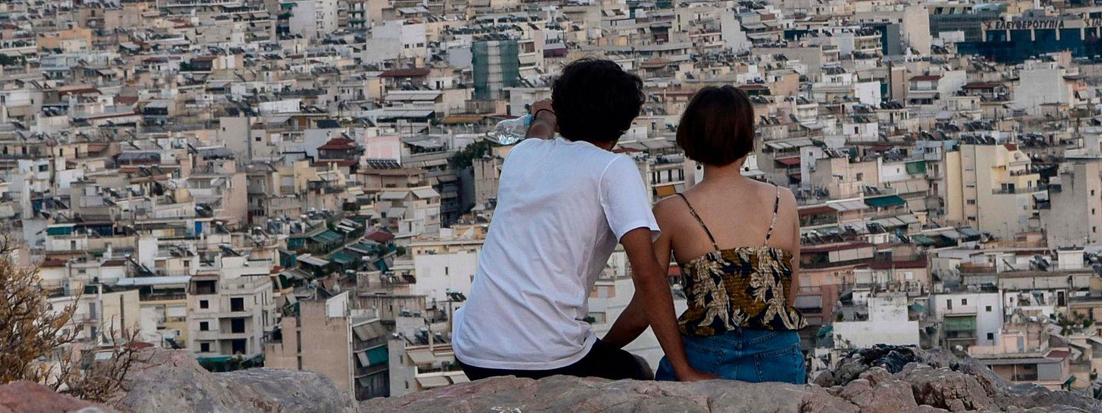 Ein Pärchen sieht auf Athen herab - die Griechen staunen über das schnelle Handeln ihres neuen Premiers.