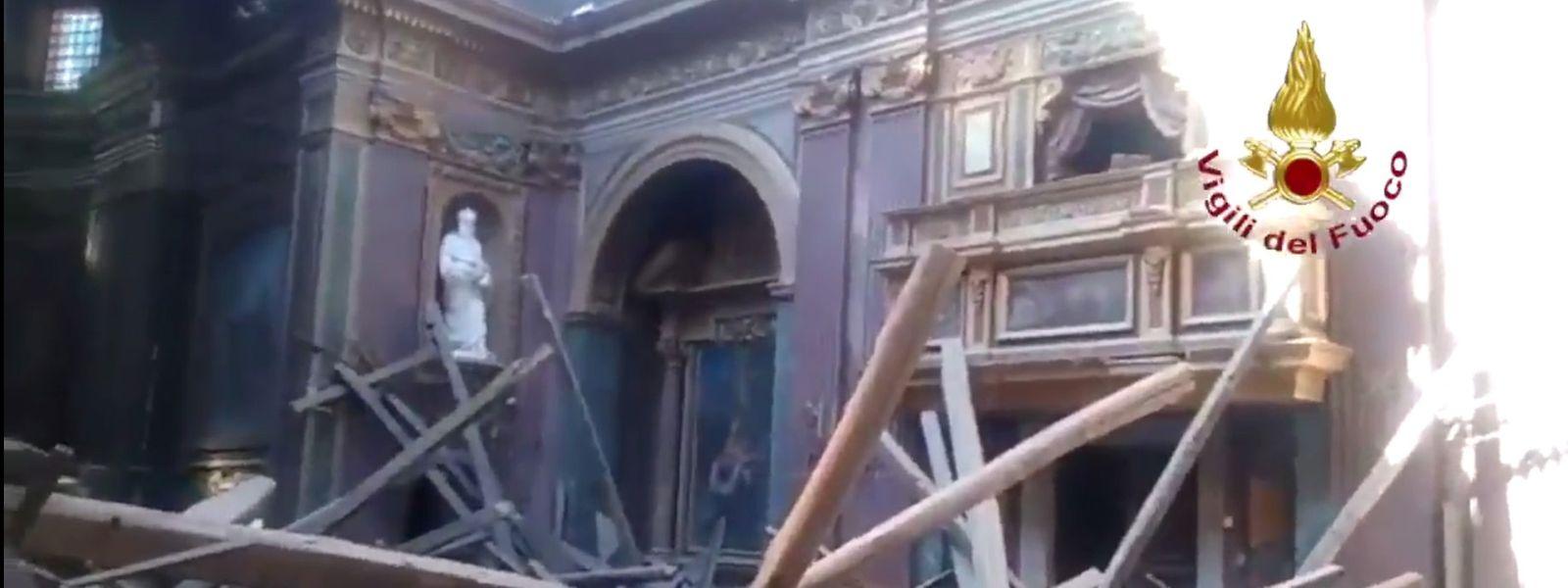 Dieser Screenshot aus einem von der italienischen Feuerwehr via Twitter zur Verfügung gestellten Video zeigt Trümmer in der Kirche Chiesa di San Giuseppe dei Falegnami.