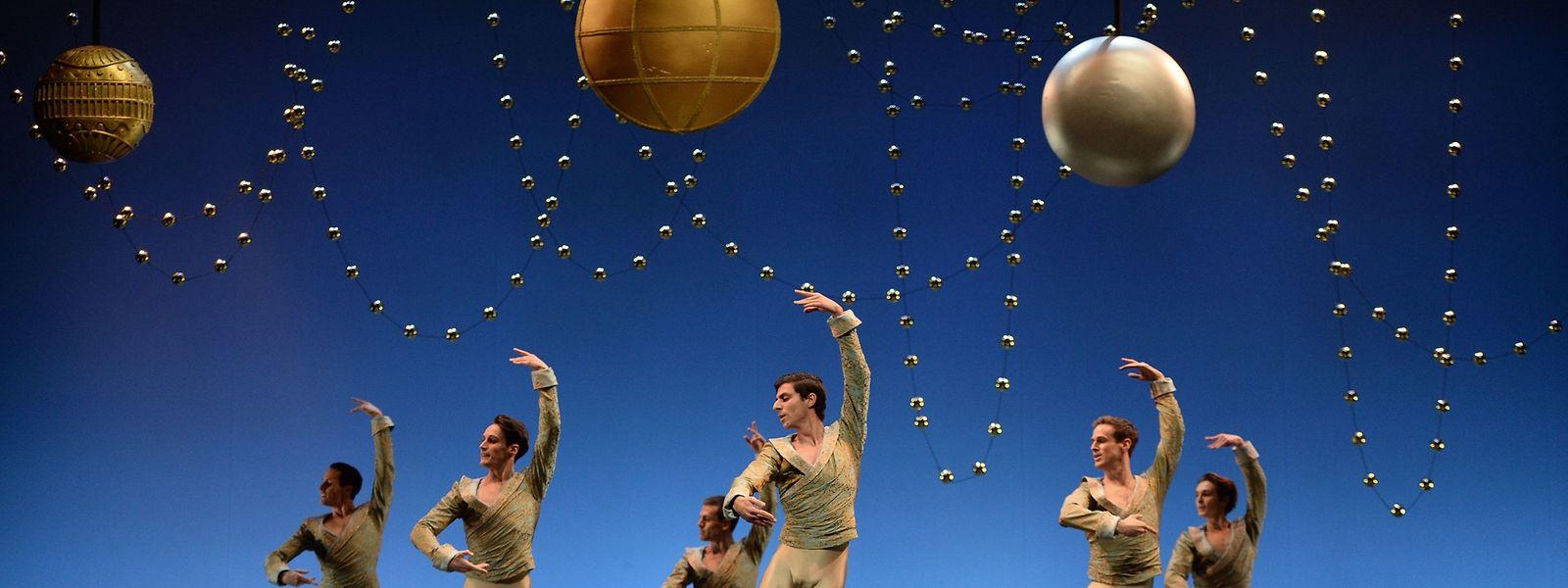 """Sevilla. Völlig losgelöst von der Erde scheinen die Tänzer der Nationalen Spanischen Tanzcompany bei der """"Nussknacker""""-Produktion über die Bühne des Maestranza-Theaters zu schweben."""