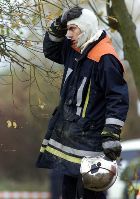 Die Rettungsmannschafen leisten Schwerstarbeit. Am Nachmittag werden die Leichen der toten Passagiere geborgen.