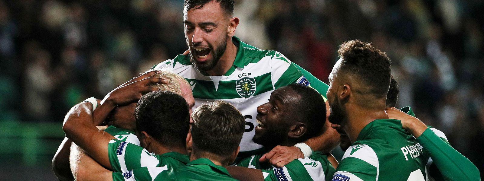 A festa dos jogadores do Sporting após mais um golo de Bruno Fernandes.