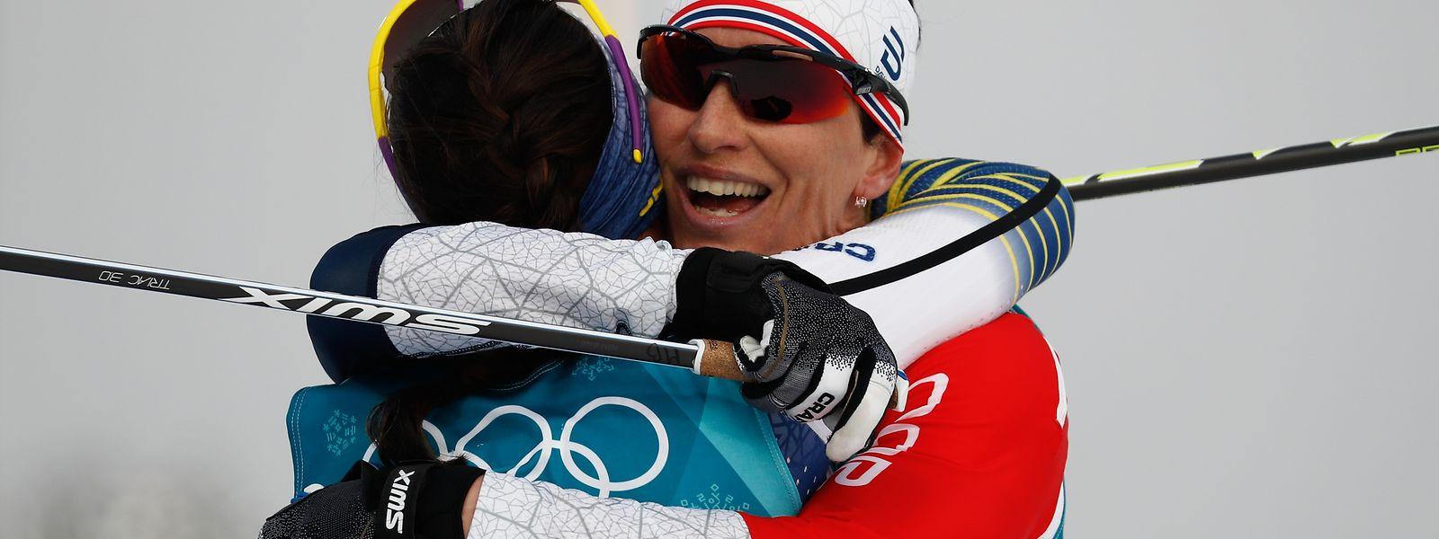 Die 30-Jährige Kalla (l.) setzte sich nach jeweils 7,5 km im klassischen und freien Stil vor der Norwegerin Marit Björgen (r.)  durch.