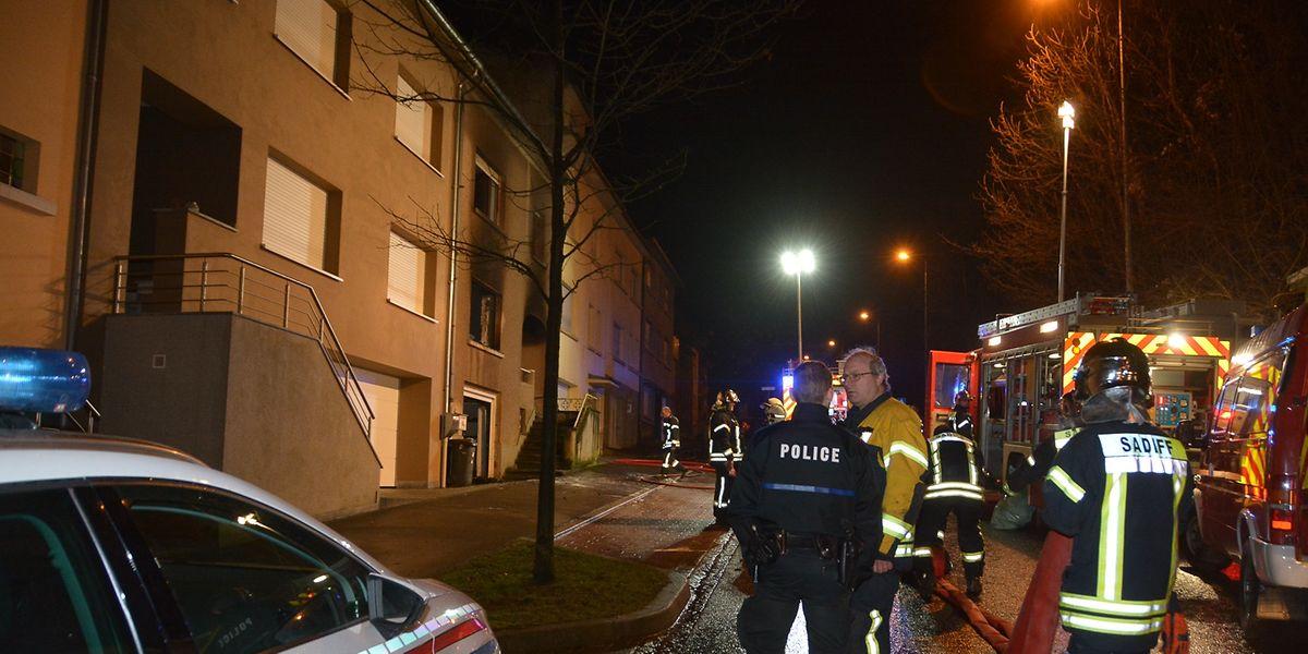 Die Feuerwehr konnte verhindern, dass der Brand auf die angrenzenden Häuser übergriff.