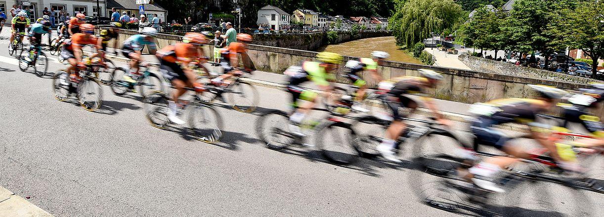 Das bunte Fahrerfeld bei der Durchfahrt von Vianden - 4. Etappe Mersch / Luxemburg - Skoda Tour de Luxembourg 2018 - Foto: Serge Waldbillig