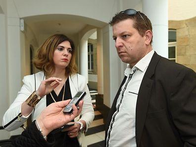 Raphaël Hallet devant les journalistes au premier jour du procès.