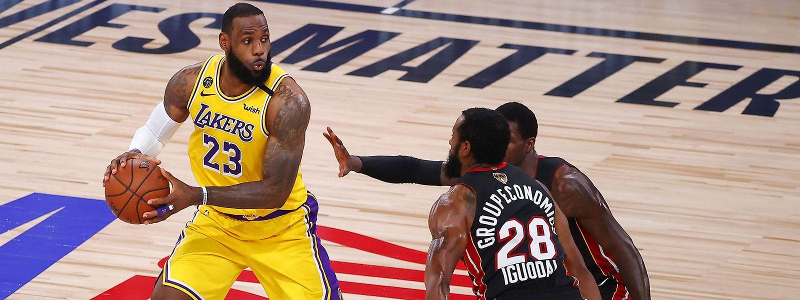 LeBron James (l.) drückt dem Spiel seinen Stempel auf.