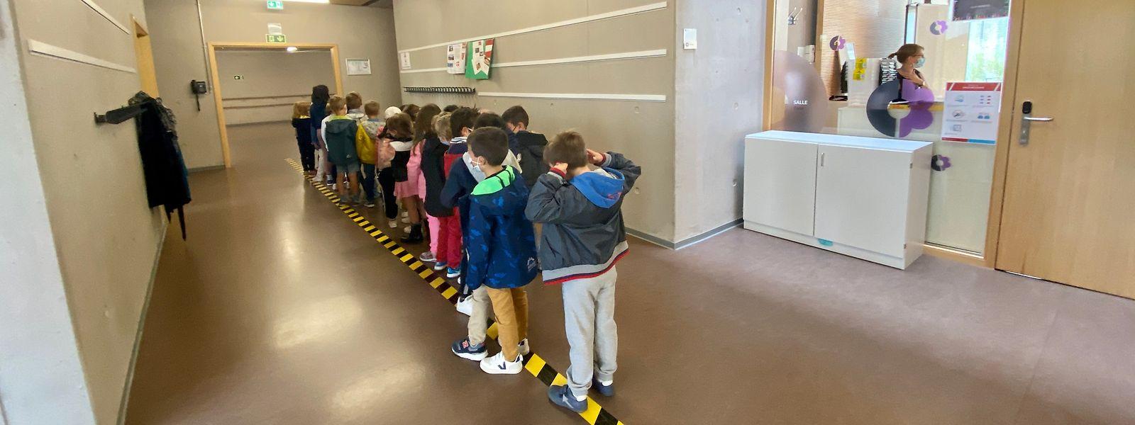 Certains élèves ont d'ores et déjà été placés à l'isolement, alors même que d'autres n'ont pas encore retrouvé les couloirs de l'école. Les établissements privés jouent donc la carte de la prudence, dès le plus jeune âge.