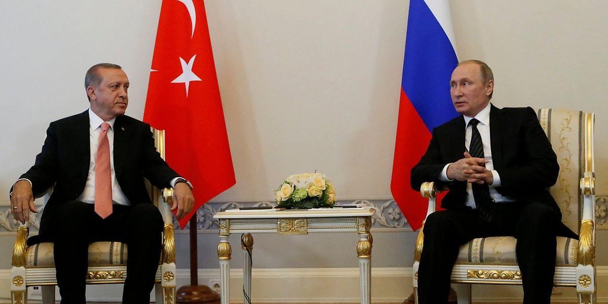 Vladimir Putin (r) empfängt Recep Tayyip Erdogan. Das Treffen soll die monatelange Krise zwischen der Türkei und Russland beenden.