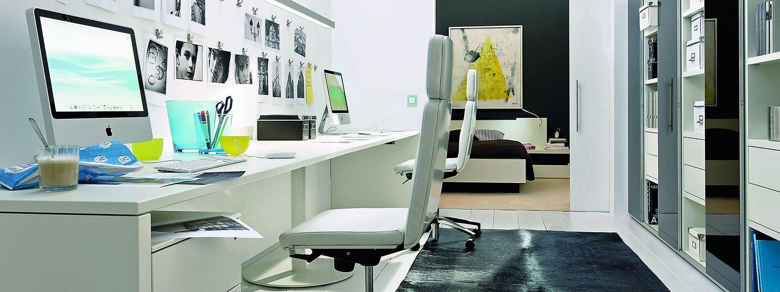 Ein weißer Schreibtisch im Arbeitszimmer schont die Augen beim Arbeiten.