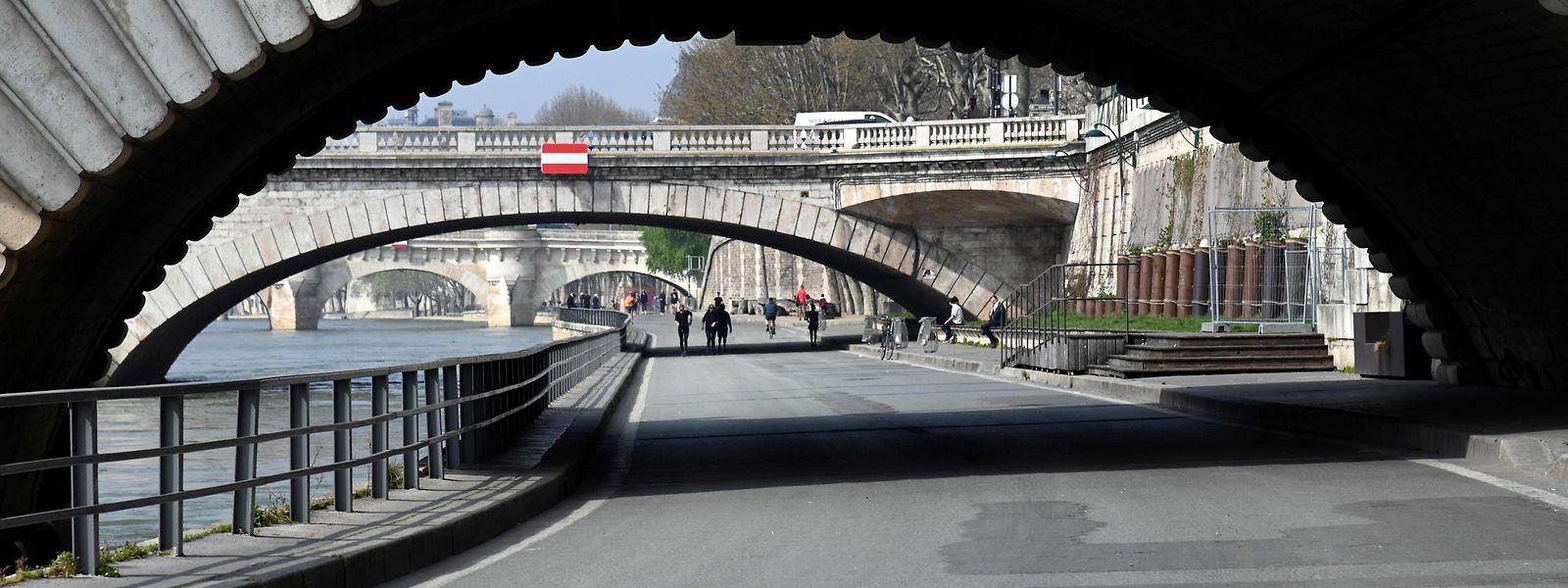 Contrairement à d'habitude, les rues de Paris semblent étrangement calmes. Certains médecins prônent pour renforcer le confinement.