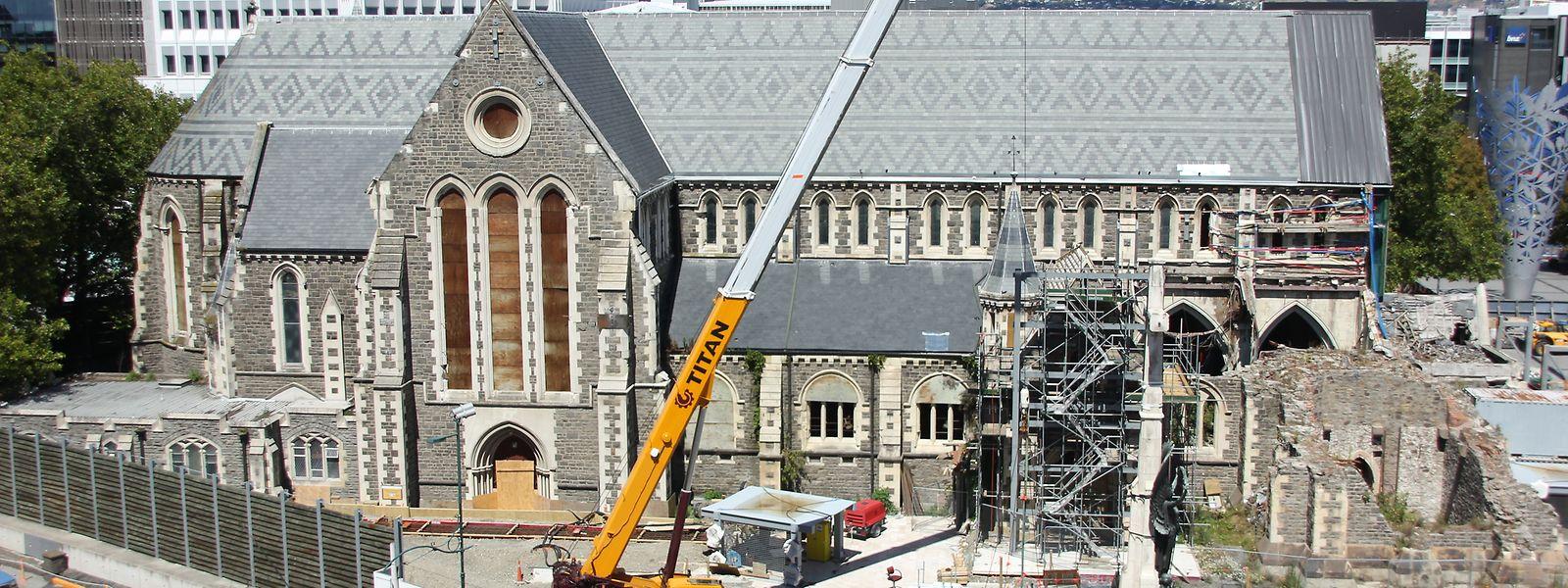 Die Kathedrale von Christchurch, rechts sind die Überbleibsel des eingestürzten Kirchturmes zu sehen.
