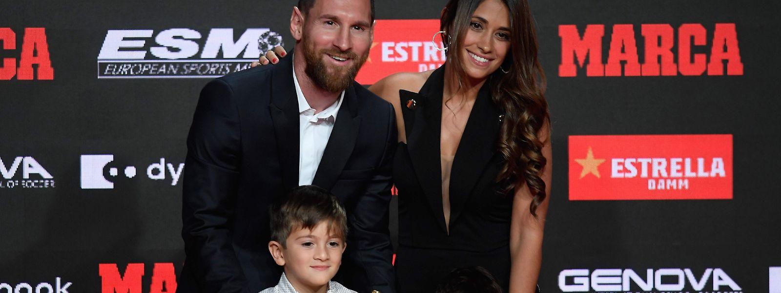 Lionel Messi com a mulher, Antonella Roccuzzo, e os dois filhos, Thiago e Mateo.