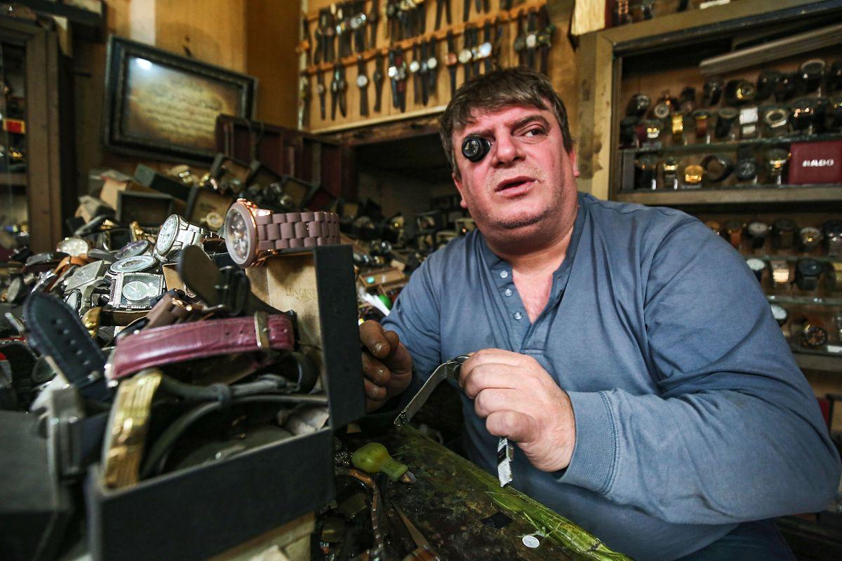 Sa vue commençant à défaillir, M. Abdelkarim ne répare plus que cinq montres par jour.