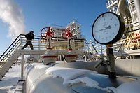 """ARCHIV - 21.02.2007, Russland, Nefteyugansk: Ein Mann geht über eine Brücke, die Rohrleitungen der Ölförderanlage Yuganskneftegaz kreuzt.    (zu dpa """"Ölpreise mit stärkstem Einbruch seit 1991"""") Foto: Yuri Kochetkov/EPA/dpa +++ dpa-Bildfunk +++"""
