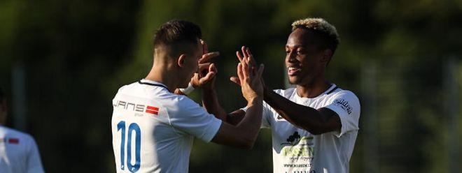 Mefail Kadrija et Jader Soares se congratulent. L'esprit d'équipe n'est pas un vain mot à Etzella.