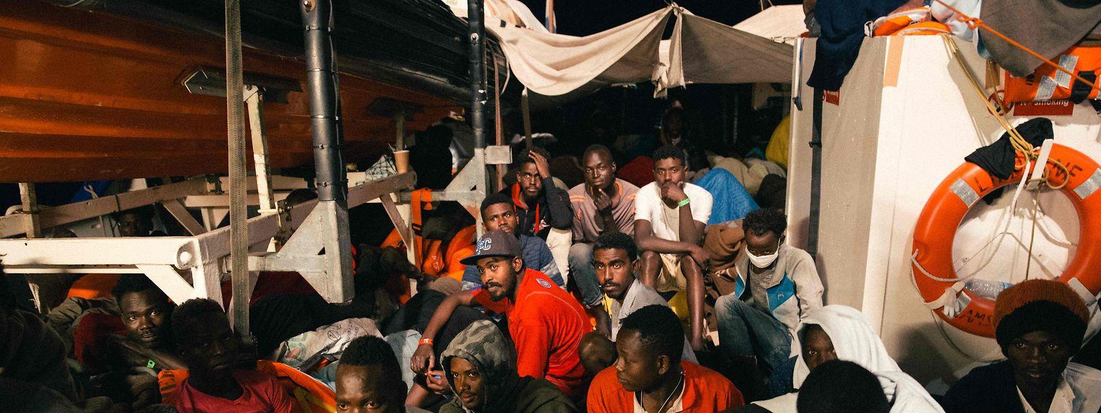 Auf engstem Raum warten die Flüchtlinge tagelang darauf, mit der Lifeline in einen Hafen einlaufen zu dürfen.