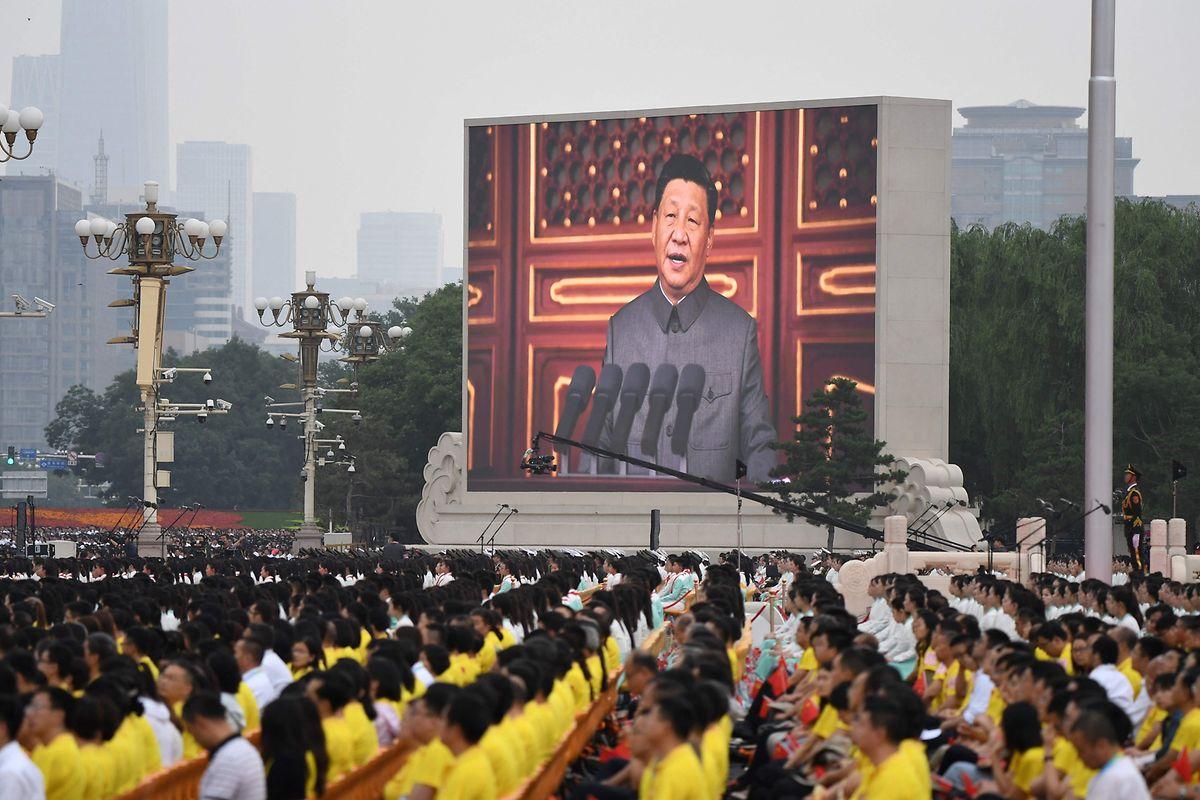 Presidente chinês, Xi Jinping, no discurso à nação nos 100 anos do Partido Comunista Chinês, transmitido na Praça Tiananmen, na capital chinesa, a 1 de julho.